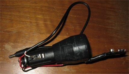 Adattatore USB per accendisigari con collegato uno spinotto
