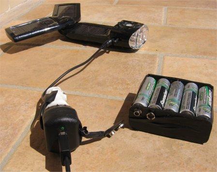 Adattatore usb per accendisigari con collegato un pacco batterie ricaricabili