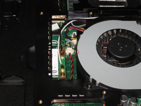 Notebook Asus G71V visto da sotto, particolare connettore batteria tampone