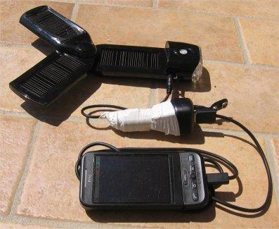 Htc Dream collegato ad un adattatore usb per accendisigari e ad un caricabatteria solare a celle fotovoltaiche